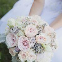 Букет невесты с белыми, розовыми розами, брунией в бело-серебряном цвете