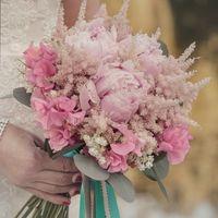 розовый букет из розовых гортензии, матиолы и пионов, с атласными ленатами