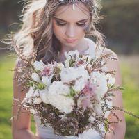 Образ невесты и букет в стиле бохо-шик с белыми пионами в нежных светлых тонах