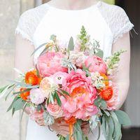 Яркий розовый букет невесты из пионов и ранункулюса