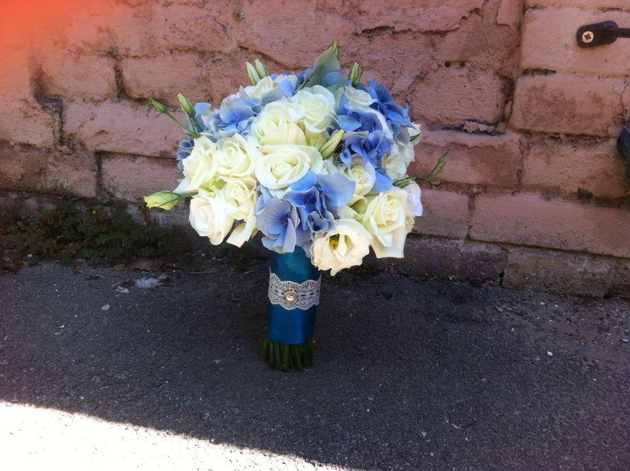 """Букет невесты из голубых гортензий, белых роз и эустом, декорированный синей лентой и белым кружевом  - фото 2585149 Магазин """"Цветочная лавка"""""""