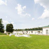 Внешний фасад, экстерьер и возможность закрытие площадки от посторонних посетителей позволяет организовать постановочную регистрацию брака