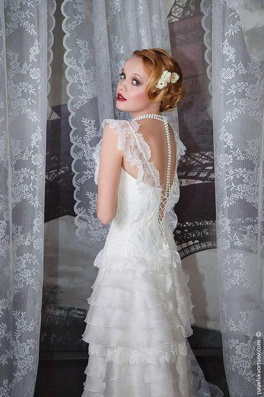 Невеста в прямом платье с многоярусной юбкой из рюш и кружевным корсетом на тонких бретелях  - фото 3687249 Визажист Балуха Жанна