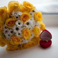 Свадьба золотая. Букет невесты из желтых роз и белых ромашек