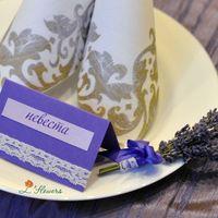Рассадочная карточка и бонбоньерка в виде букетика из лаванды
