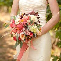 Букет невесты в осенних красках из роз, астр и осенних листьев