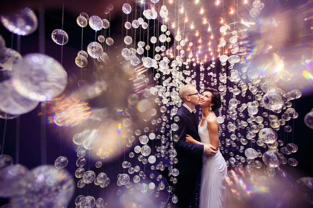 Жених и невеста, прислонившись друг к другу, стоят в комнате, украшенной гирляндами - фото 3671391 Фотограф Андрей Василисков