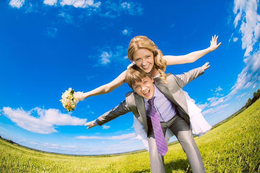 Жених держит на спине невесту на фоне голубого неба - фото 3649895 Фотограф Кирилл Кожуков