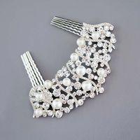 Свадебное украшение Angelique от Свадебнов - Серебряный гребень, усыпанный искусственным жемчугом и  кристаллами.  Элегантный   гребень станет главным элементом   в прическе невесты. Серебряные завитки сплошь усыпаны кристаллами и жемчугом, своей формой