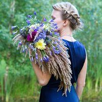 Букет невесты напоминает красивые живописные крылья сов. Несмотря на пышность и довольно большой размер, букет получился легким и удобным благодаря тому, что в основе - плетеный каркас из золотистых колосков, а все цветы на живых стеблях. Голубые парящие