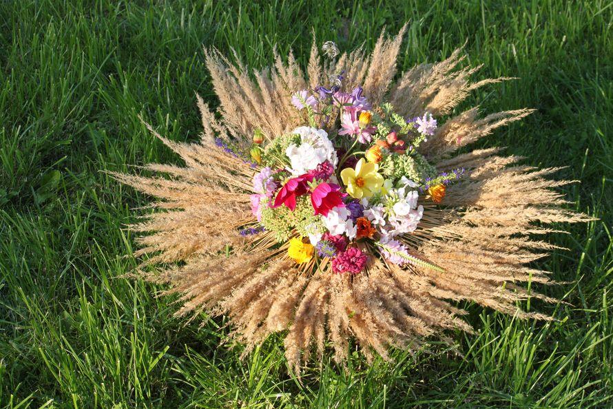 Яркий, объемный букет из золотистых колосьев и садовых цветов. Подойдет для оформления свадьбы в рустикальном стиле. - фото 2402258 Green Umbrella - флористика и декор