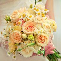 Букет невесты в розово-желтых тонах из ромашек и роз
