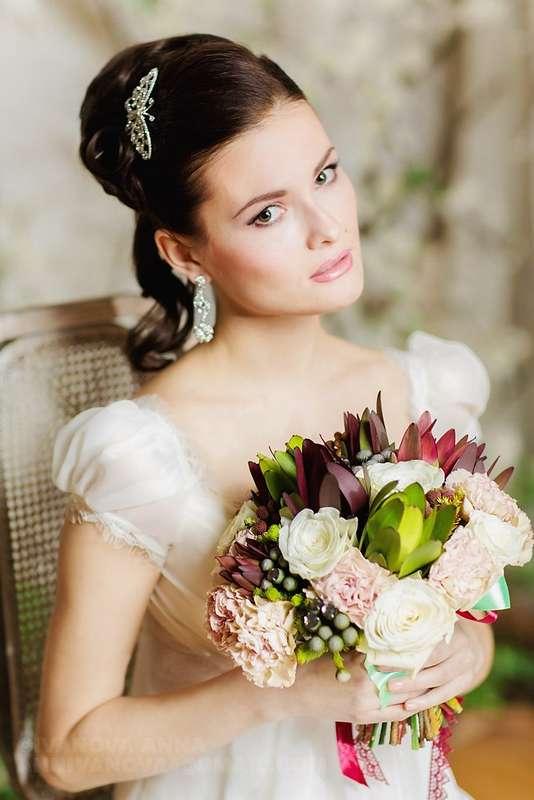Этнический образ невесты выражен в прическе из длинных локонов собранных в пучок на затылке с заколкой в виде бабочки - фото 2263556 Стилист-визажист Катрина Петренко