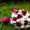 Букет невесты из бордовых астр и белых роз