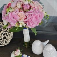 Букет невесты и бутоньерка, розовая гортензия, роза и ароматные пионы