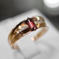 Женское кольцо с гранатом и бриллиантами.