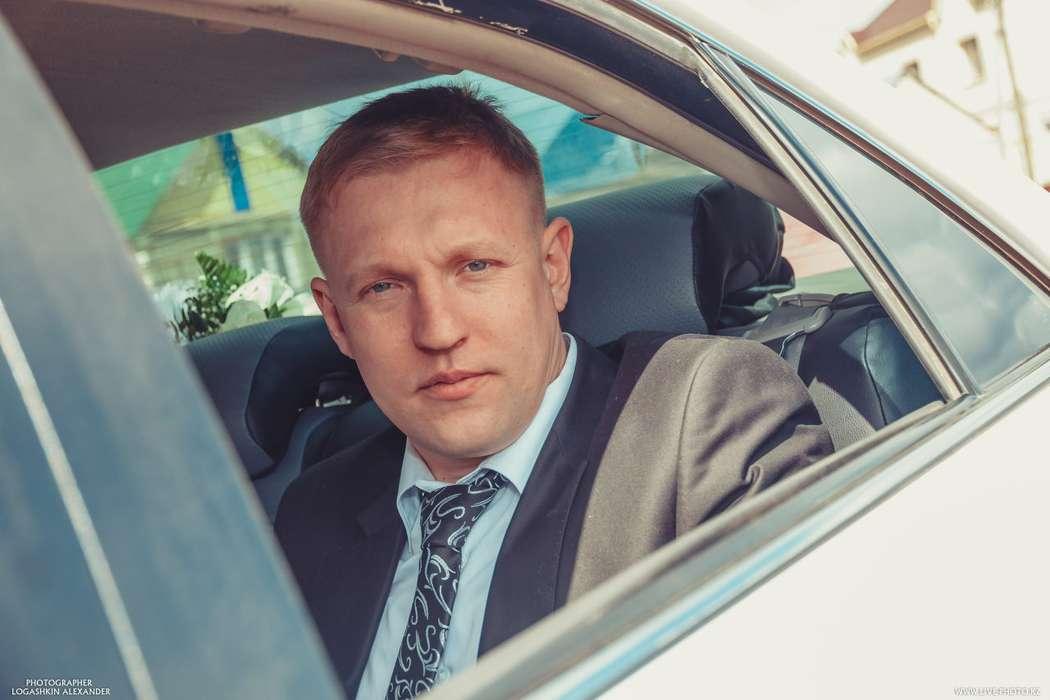 Классический черный костюм с белой рубашкой и черным галстуком с белым узором  - фото 2379182 Logashkin Alexander- фотография