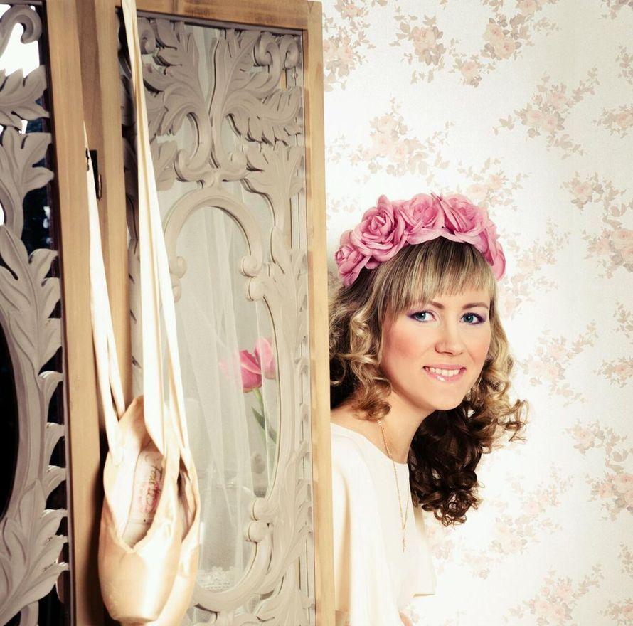 Романтический образ невесты выражен в прическе из распущенных длинных локонов, спадающих на плечи с венком в розовом тоне - фото 2325488 Стилист-визажист Инна Соловьева