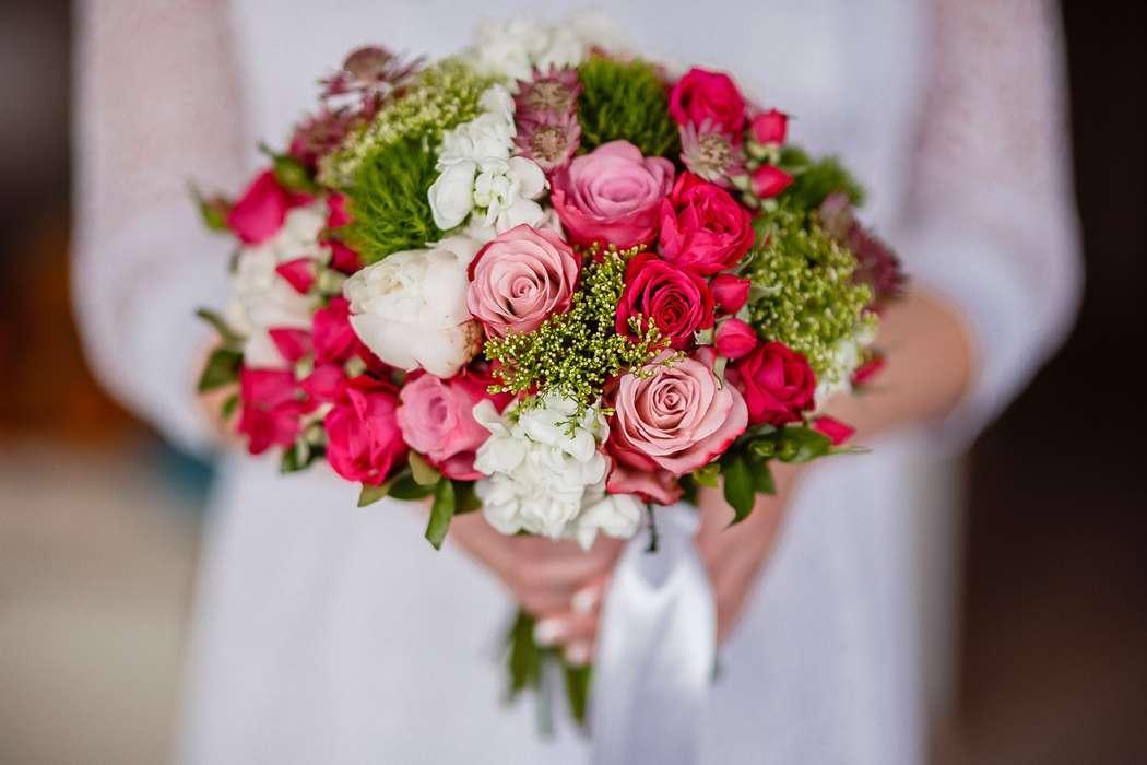 Букет невесты из розовых, белых и малиновых роз, белой гортензии, зеленых диантус гренни и котинуса, декорированный белой - фото 2620991 Флорист Наталья Жукова