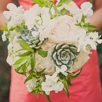 Букет невесты из белых пионов и фиалок