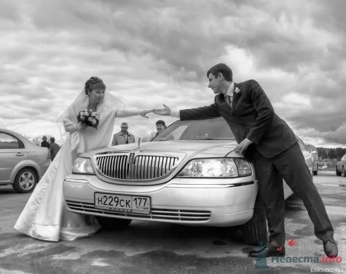 Фотография жениха и невесты с автомобилем.