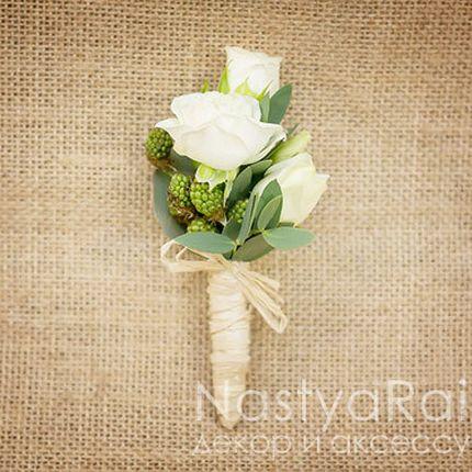 Бутоньерка из розы и ежевики