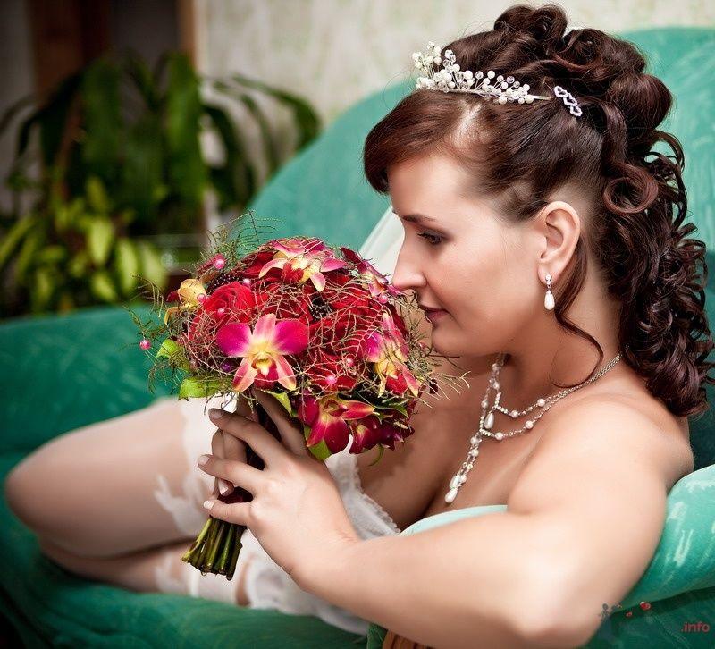 Букет невесты из ярко-розовых орхидей и роз, дополненный зеленью  - фото 49633 Valery