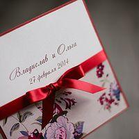 свадебное приглашение в ярких красных тонах, украшено бантом из атласной ленты, на перламутровый картон нежно-розового цвета нанесены имена жениха и невесты, основа приглашения в цвет ленты, нижняя часть приглашения декорирована цветным принтом на перламу