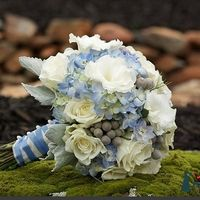 Букет невесты из гортензий роз и эустом в бело-голубых тонах