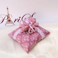 Розовая подушечка для колец с кружевным бантом