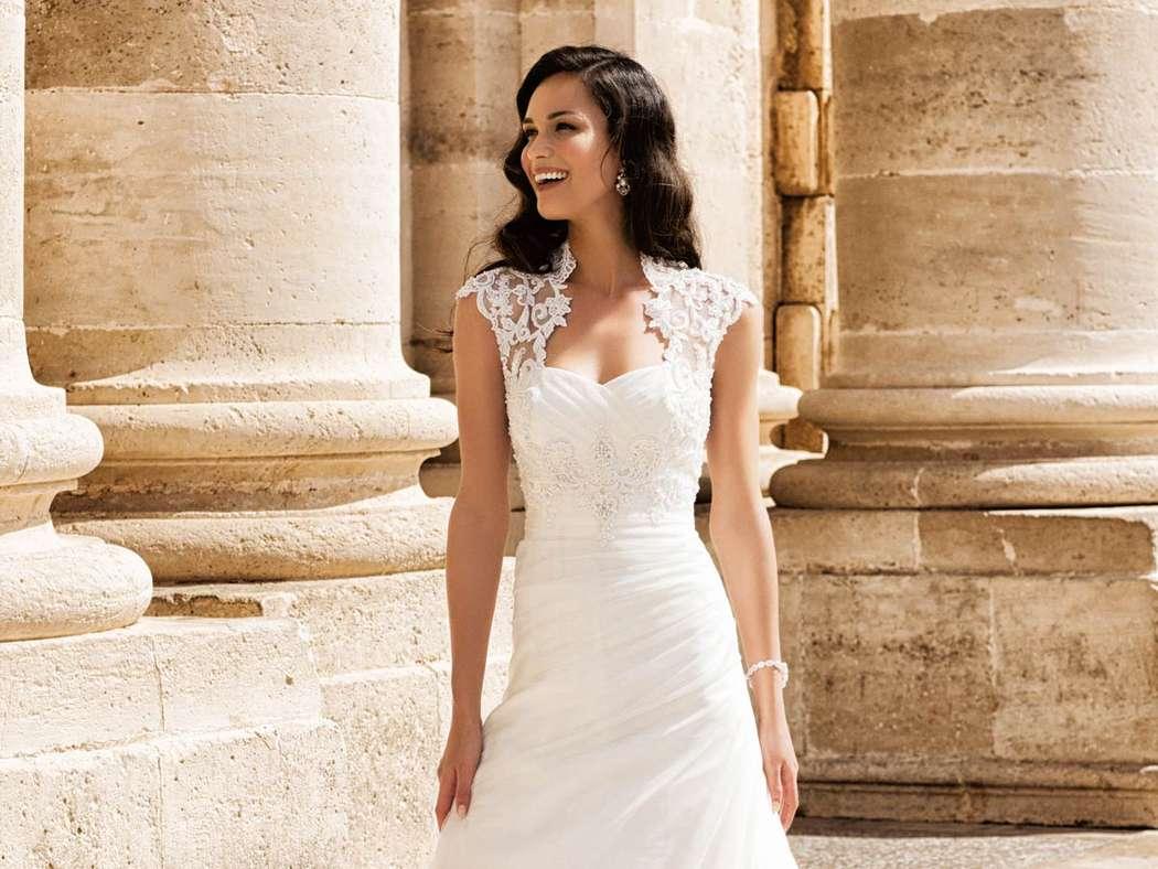 Легкое красивое свадебное платье а-силуэта с необычным кружевным верхом. Лиф платья украшен роскошным кружевом с деликатной - фото 2384468 Свадебный салон Belgica