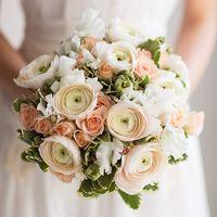 Букет невесты в нежно-розовых тонах из фиалок и роз