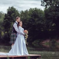 Оранжевый букет с плющем на ирландской свадьбе