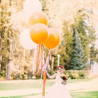 Большие воздушные шары и оранжевый букетневесты