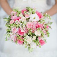 Ароматный весенний букет из розы, эустомы, гвоздики и нежной сирени.