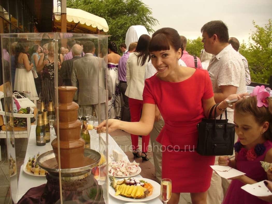 """Шоколадный фонтан 60см на свадьбе, стоит на открытой террасе ресторана - фото 2565863 """"Вкус жизни"""" - сладкие подарки на свадьбу"""