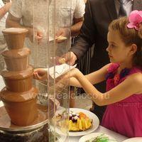 Шоколадный фонтан 60см на свадьбе, стоит на открытой террасе ресторана
