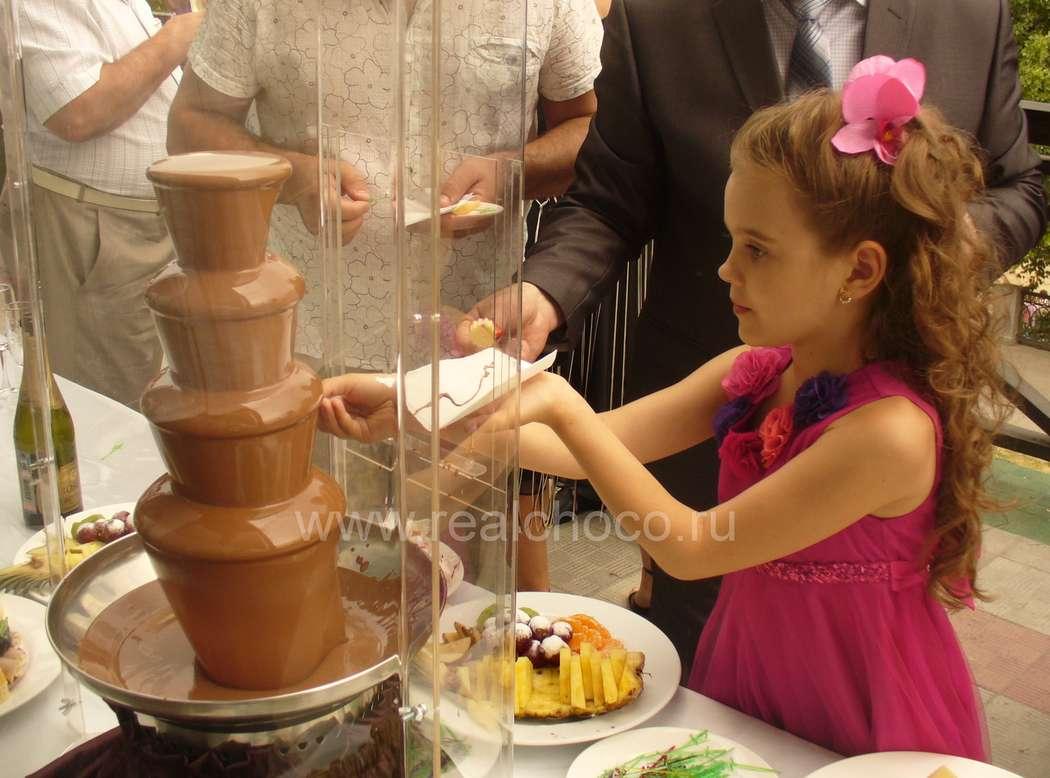 """Шоколадный фонтан 60см на свадьбе, стоит на открытой террасе ресторана - фото 2565865 """"Вкус жизни"""" - сладкие подарки на свадьбу"""