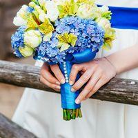 Детали, букет невесты из роз, альстромерий, фрезий и гортензий, синий цвет свадьбы, деревенский стиль, кантри