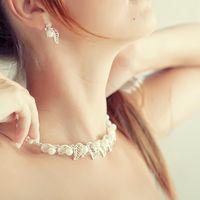 Комплект серебряных свадебных украшений - серьги и ожерелье из жемчужин и цирконов, повторяющих по форме ягоды с листьями.