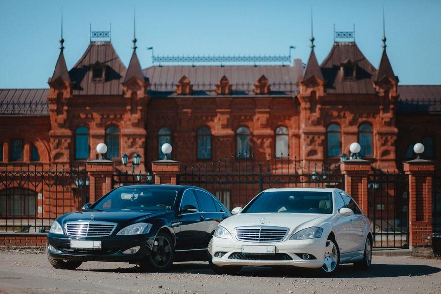 """Пара прекрасный """"Мерседесов"""" черного и белого цвета на фоне старинного здания. - фото 2414975 VipAuto37 - аренда автомобиля"""