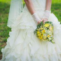 Букет невесты из желтых роз и белых ромашек