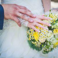Букет невесты в желто-зеленых тонах из ромашек и роз