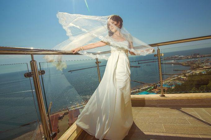 Невеста Ирина . прогулка возле моря. Волосы уложены на бок и закреплены, чтобы влага не повлияла на прическу.