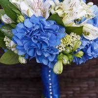 Букет невесты из белых альстромерий и голубых гортензий