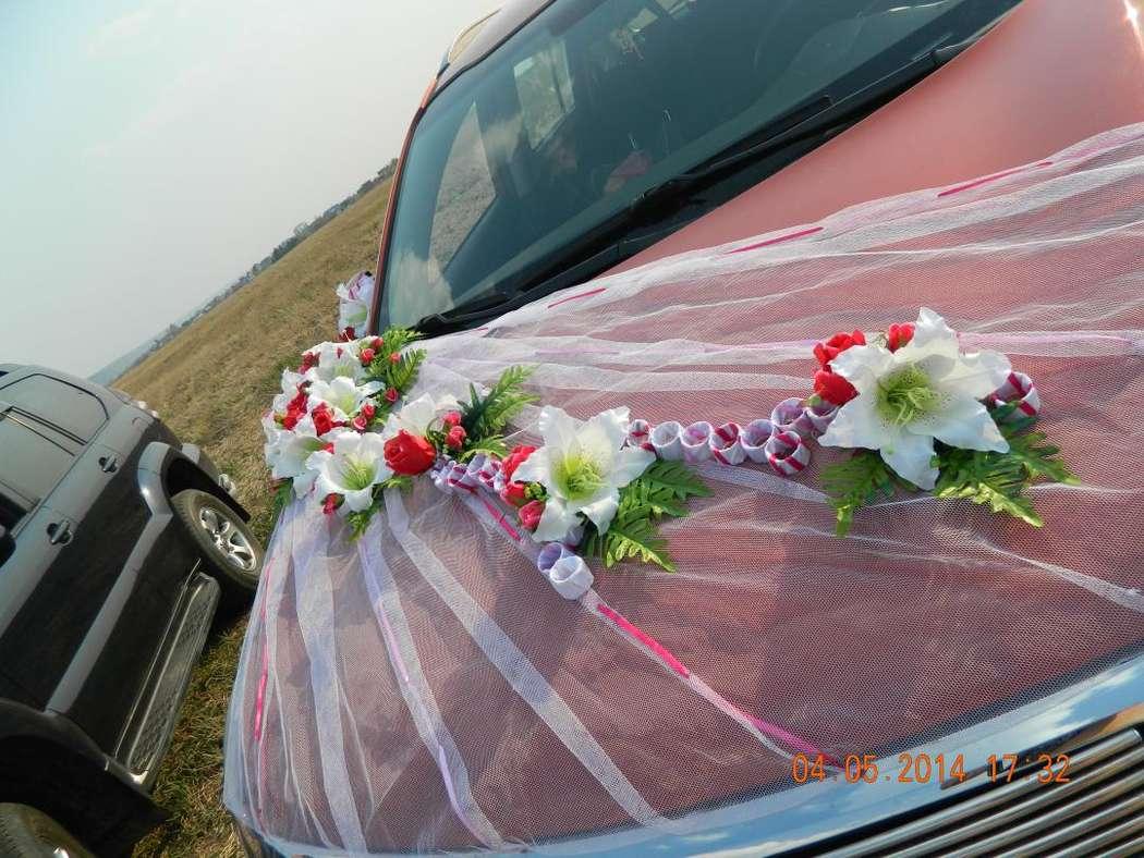 Комплект из фатина белого цвета с лентами. Цветочная композиция из лилий и роз, листики папоротника - фото 2467307 Сasamento  украшения на авто