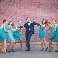 Подружки невесты в голубом не могут поделить жениха.