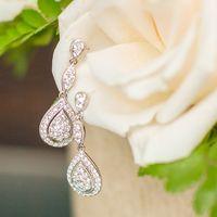 Свадебная бижутерия для невесты - длинные серьги из каплевидных элементов и белых кристаллов.