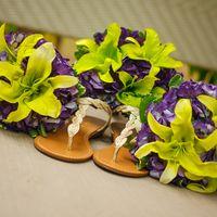 Букеты подружек невесты из желтых лилий и сиреневых фиалок