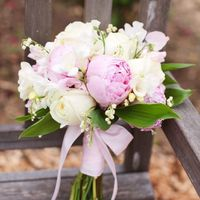 Нежный весенний букет невесты из фиалок и фрезий